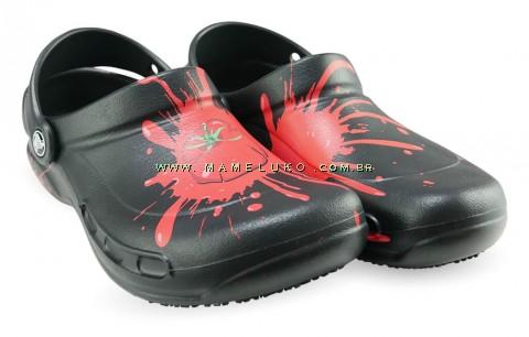 Babuche Profissional Antiderrapante Crocs Bistro Estampado - Preto e Tomate